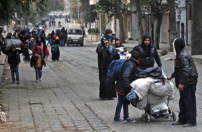 Les habitants d'Alepquittent leurs maisons en direction d'une zone contrôlée par les rebelles, lors d'une offensive de l'armée syrienne, le 30 novembre.