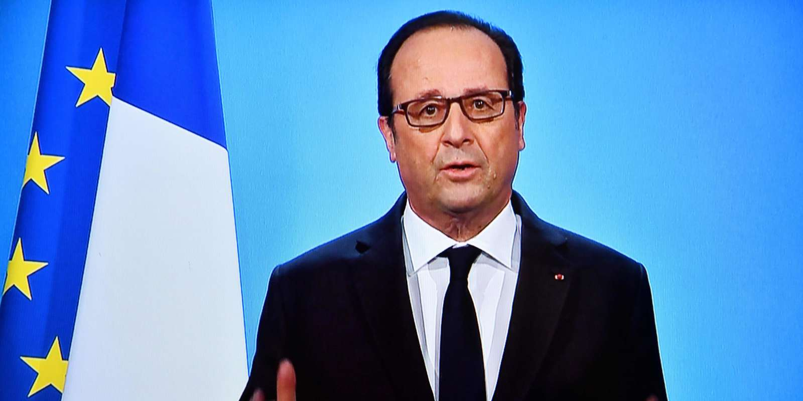 A photo taken on December 1, 2016 in Paris, shows a TV screen displaying French President Francois Hollande delivering an official statement at the Elysee Palace. France's divided ruling Socialists began accepting candidates on December 1 for a party primary race ahead of next year's presidential election, with incumbent Francois Hollande yet to declare whether he will stand. Hollande, who has some of the lowest approval ratings for a French president since World War II, is keeping his party in suspense ahead of a planned primary contest to choose its leader in January. / AFP / OLIVIER MORIN