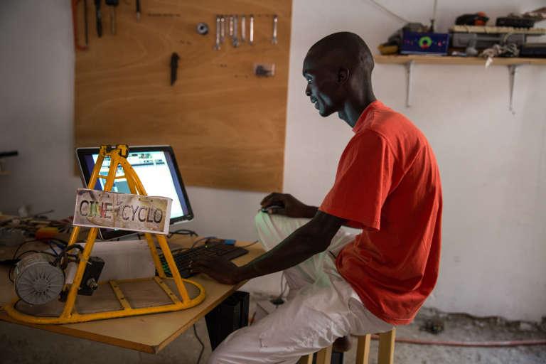 Iba est électro-mécanicien sur son temps libre mais travaille sur des machines de chantier pour gagner sa vie.