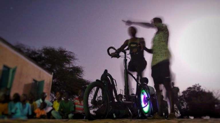 Le CinéCyclo en marche. On pédale, et le film se projette sur écran, à Dakar.