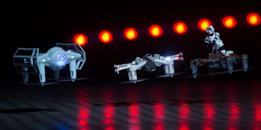 De gauche à droite, le Tie Advanced de Dark Vador, le chasseur T-65 X-Wing Fighter et le Speeder 74-Z.
