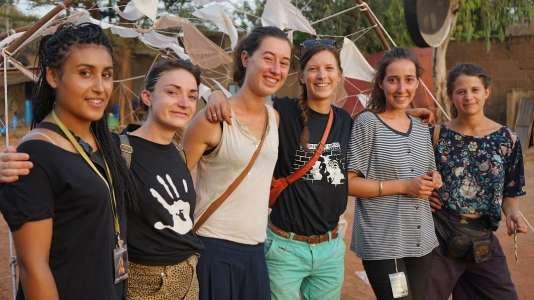 Louisa (première en partant de la gauche) et ses camarades scénographes de l'HEAR et de La Cambre, dans la rue des Récréâtrales.