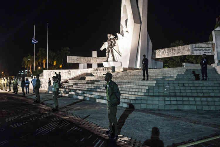 Dans la province de Camaguey, les services officiels veillent sur le ministère de l'intérieur où les cendres de Fidel Castro restent pour la nuit. Le 2 décembre.