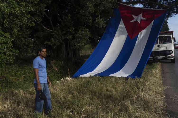 Sur la route, les Cubains déplient les drapeaux pour rendre hommage au convoi de Fidel Castro, le 30 novembre.