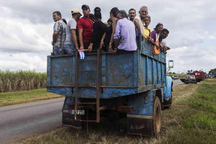 Les transports collectifs s'organisent tout autour de l'île pour suivre la procession. Le 30 novembre.