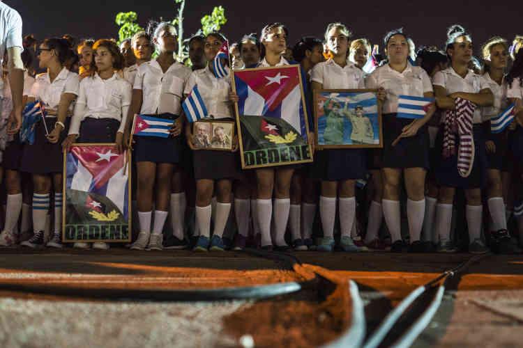 Dans la province de Camaguey, les Cubains se recueillent devant le square Ignacio Agramonte, le 2 décembre.