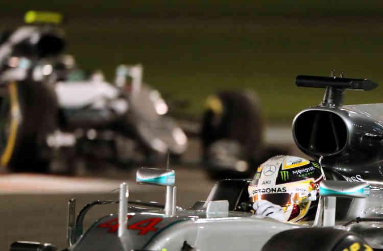 27 novembre 2016. En un an, les rôles se sont inversés. La Mercedes de Lewis Hamilton mène à Abou Dhabi, mais cela n'empêchera pas lepilote anglais de perdre sa couronne mondiale au profit de son coéquipier.