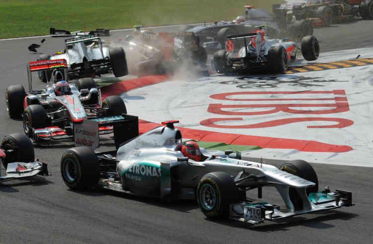 Monza (Italie), 11 septembre 2011. Accrochage en chaîne entre la HRT de l'Italien Vitantonio Liuzzi, son coéquipier Daniel Ricciardo, la Lotus Renault du Russe Vitaly Petrov et la Mercedes de Nico Rosberg.