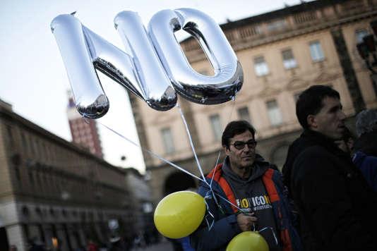 Un militant du Mouvement 5 Etoiles avant un meeting de Beppe Grillo, le 2 décembre 2016, sur la Piazza San Carlo à Turin.