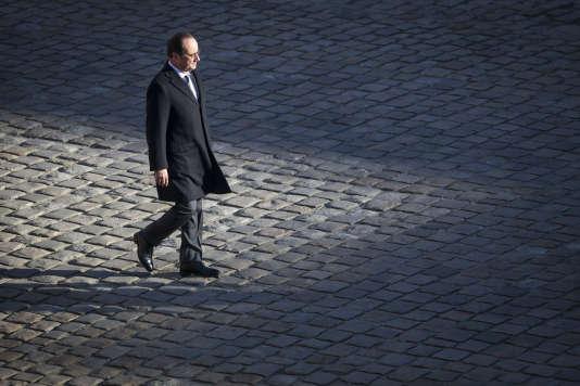 «Le corps politique du souverain grandiose fabriqué en 1956, non seulement plus personne ne peut plus l'habiter, mais ce corps est une fiction obsolète (Photo: François Hollande participe à une prise d'armes dans la cour des Invalides à Paris, le 29 novembre 2016).