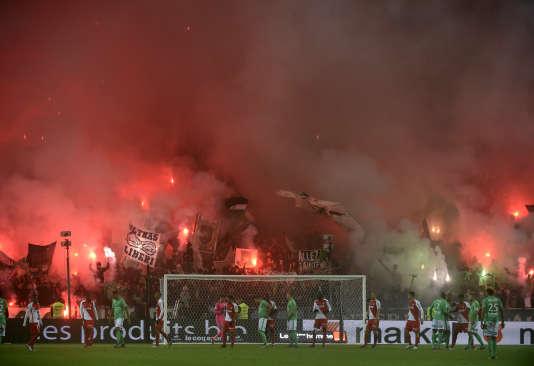 Des supporteurs de Saint-Etienne agitent des fumigènes au stade Geoffroy-Guichard, lors de l'anniversaire du groupe Magic Fans en octobre. La tribune a été fermée pour deux rencontres par la LFP.
