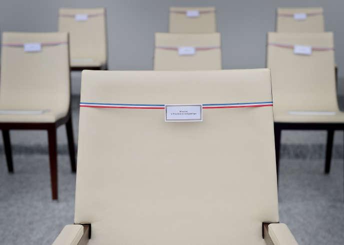 «Il rend les clés du pouvoir, et présente les traits d'un homme entretenant en effet une relation normale, c'est-à-dire dépassionnée, à l'égard du pouvoir » (Photo:fauteuil de François Hollande, dans la tribune présidentielle, le 14 juillet 2015).