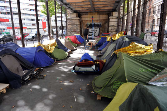 Des tentes de sans-abri sous le métro aérien de Paris, le 8 août 2011.