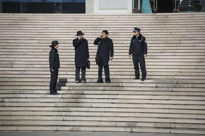 Les avocats de la famille de Nie Shubin, en2014, lors de la réouverture de l'enquête sur l'exécution du jeune homme.