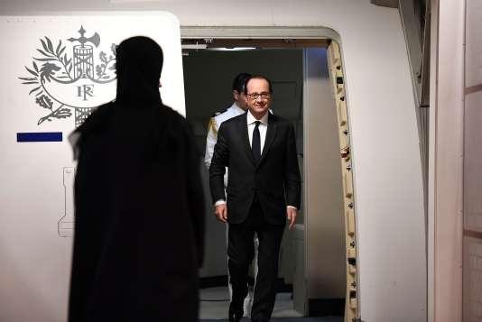 François Hollande atterrit à Abou Dhabi, le 2 décembre.