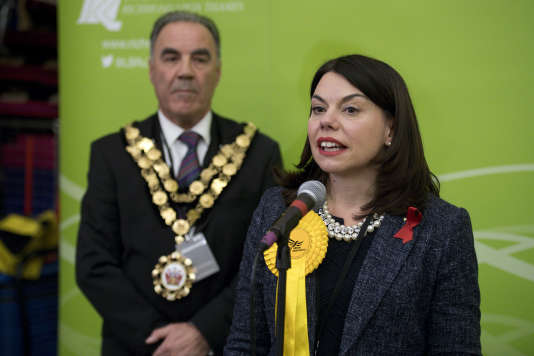 Sarah Olney prononce son discours de victoire, dans la circonscription de Richmond, le 2décembre.