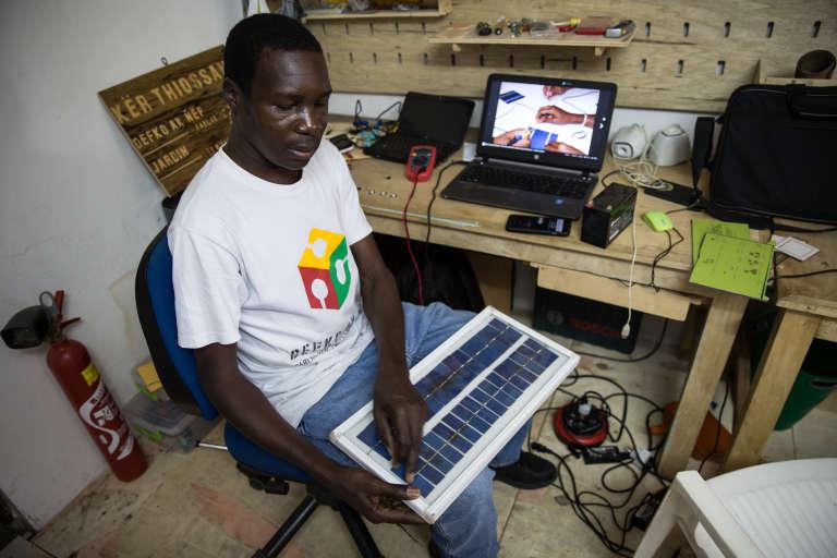 Modou présente son panneau solaire domestique fabriqué de toute pièce dans son «fab lab».