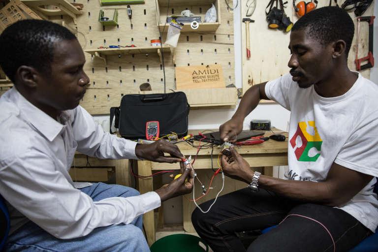 Modou et Djouri sont en train de câbler quelques LEDs.