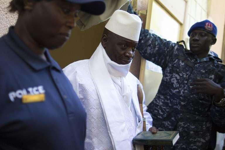Le président Yahya Jammeh à la sortie des urnes pour la présidentielle gambienne, le 1er décembre 2016 à Banjul.