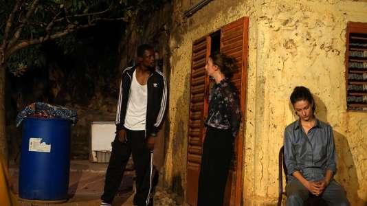 Représentation de «Gentil Petit Chien» aux Récréâtrales, de gauche à droite : le congolais David-Minor Ilunga et les stéphanoises Lou Chrétien-Février et Alicia Devidal.