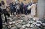 François Hollande à Tombouctou (Mali), en février2013. Au sol, les boîtes des manuscrits anciens détruits par les djihadistes.