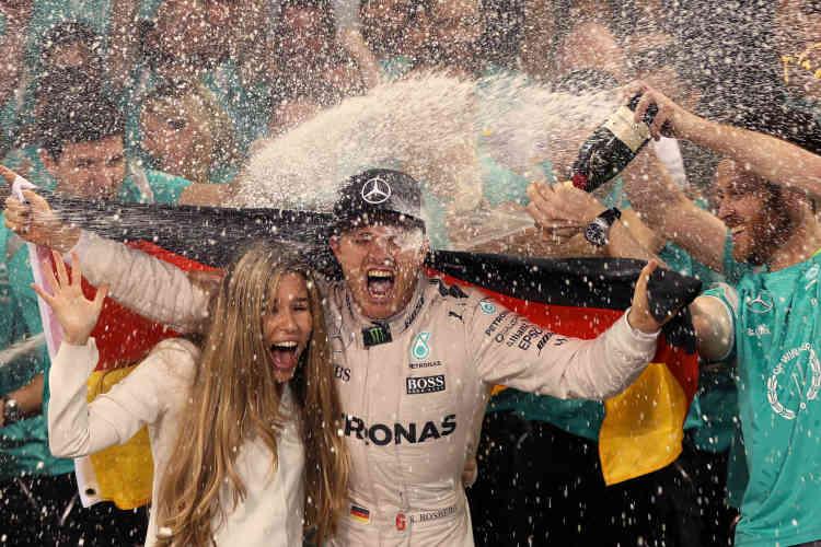 27 novembre. Nico Rosberg, entouré de toute l'équipe Mercedes et de son épouse Vivian Sibold, fêtent le double titre 2016, pilote et constructeur.«Pendant 25 ans, c'était mon seul et unique rêve, devenir champion du monde», déclare-t-il le 2 décembre.