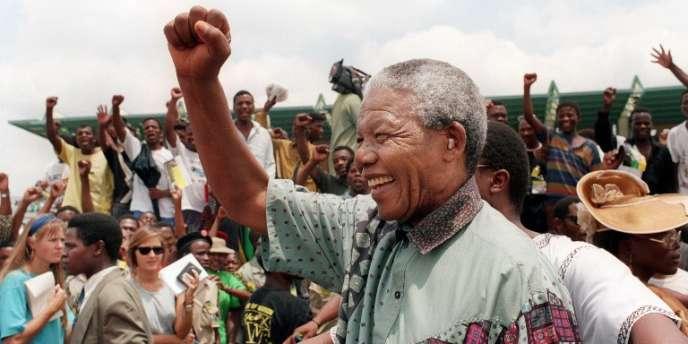 Nelson Mandela en meeting électoral en janvier 1994, à Rustenburg. C'est à partir du mot bantou « ubuntu», que l'on peut traduire par «je suis parce que nous sommes», que le leader sud-africaina a élaboré sa politique de la réconciliation.