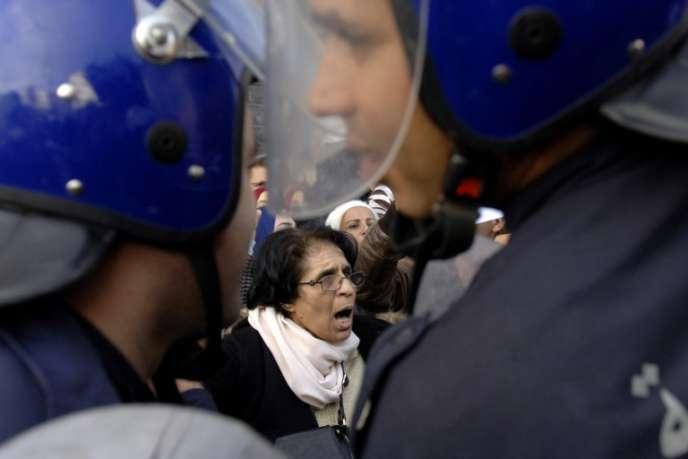 Manifestation le 27 novembre 2016 devant le Parlement algérien contre la réforme des retraites qui prévoit le non-versement à taux plein en cas de départ avant 60 ans.