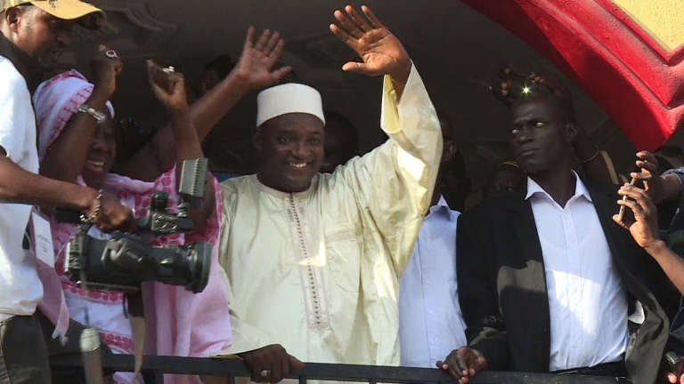 « Nous allons descendre dans les rues aujourd'hui même, samedi, pour un meeting avec le peuple gambien. Pour le retour de la démocratie nous sommes prêts à y laisser notre vie », a déclaré, samedi10décembre, Adama Barrow – ici, le 2 décembre après l'annonce de sa victoire à l'élection présidentielle.