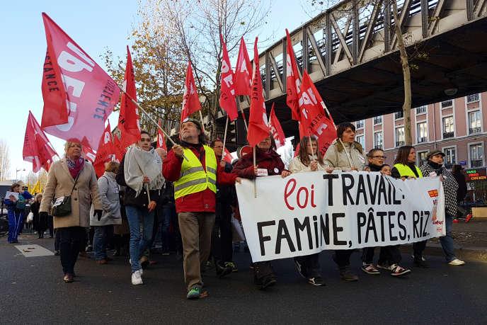 Plusieurs centaines de manifestants ont défilé samedi à Paris contre le chômage et la précarité, à l'appel de la CGT et de trois associations de chômeurs