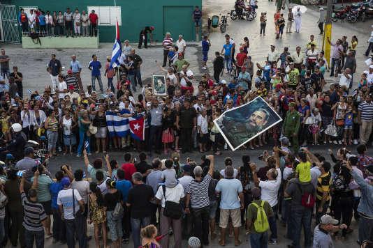 Des Cubains assistent au passage des cendres de Fidel Castro, le 2 décembre, à Holguin.