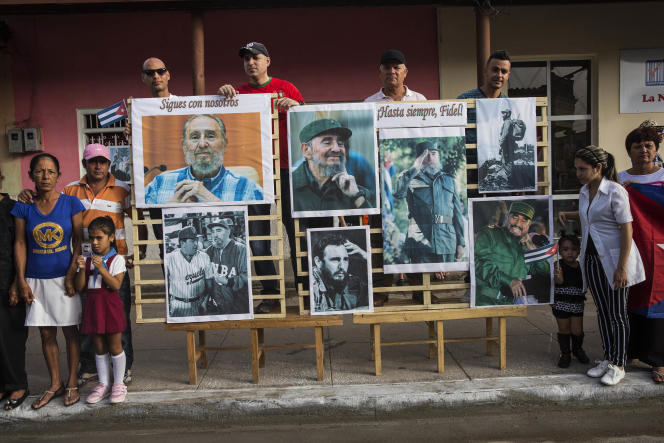 Des Cubains attendent le passage du convoi transportant les cendres de Fidel Castro, le 2 décembre.
