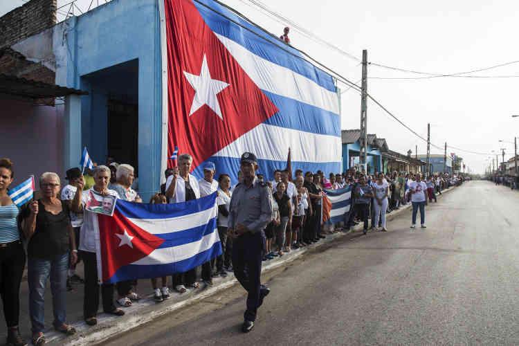 Le drapeau cubain est dressé au passage du convoi des cendres de Fidel Castro, le 12 décembre.