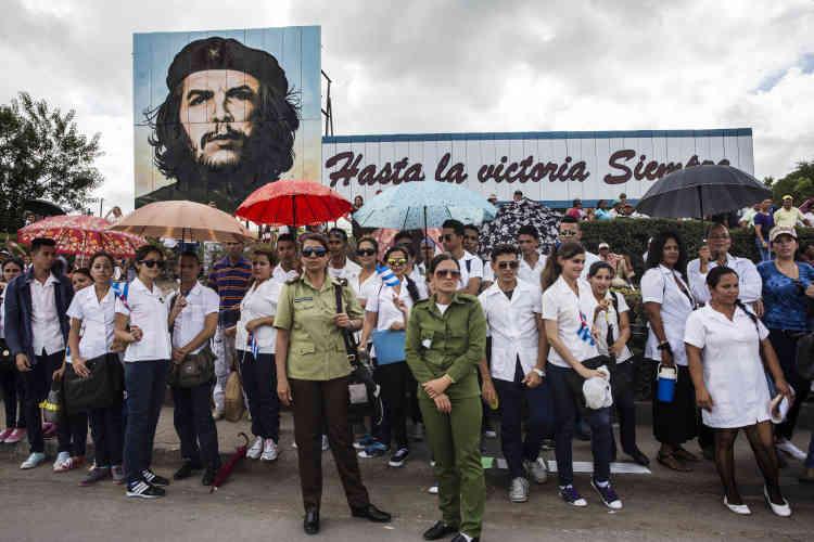 Les cubains sont venus en groupe, écoliers, pionniers, infimiers....le 2 décembre.