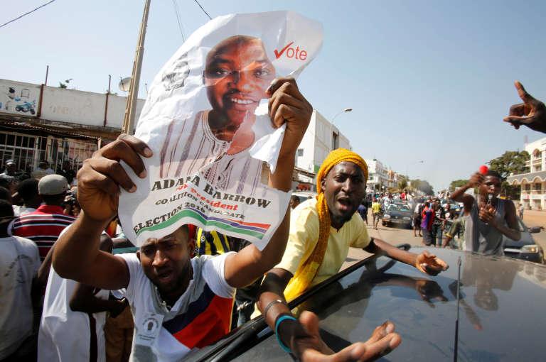 Les supporteurs d'Adama Barrow célèbrent sa victoire à l'élection présidentielle dans les rues de Banjul le 2 décembre.