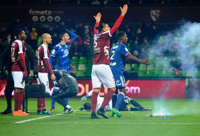Le gardien lyonnais Lopes au sol après avoir reçu des pétards lors du match face à Metz, le 3 décembre.