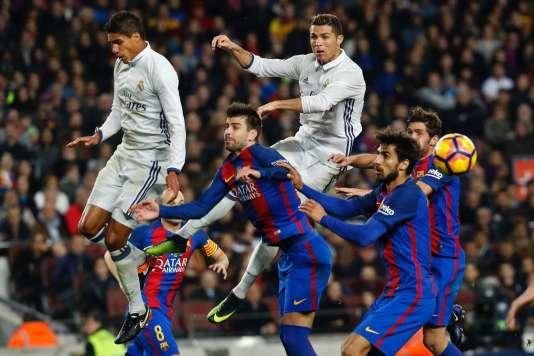 Raphael Varane et Cristiano Ronaldo prennent le dessus sur les défenseurs barcelonais.