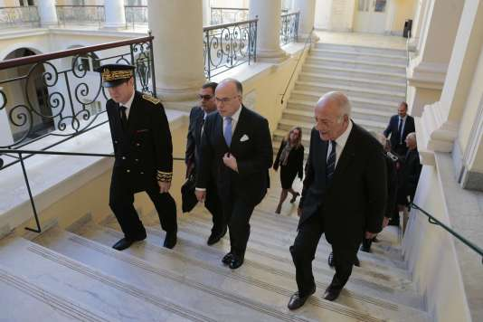 Bernard Cazeneuve, Bernard Schmeltz, préfet de Corse (à gauche), et Dominique Bucchini, président de l'Assemblée de Corse (à droite), à Ajaccio, le 3 décembre 2016.