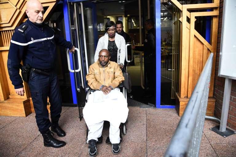 Pascal Simbikangwa, 56 ans, premier Rwandais à avoir été jugé en France en lien avec le génocide des Tutsi en 1994, quitant le tribunal de Bobigny, le 25 octobre 2016.