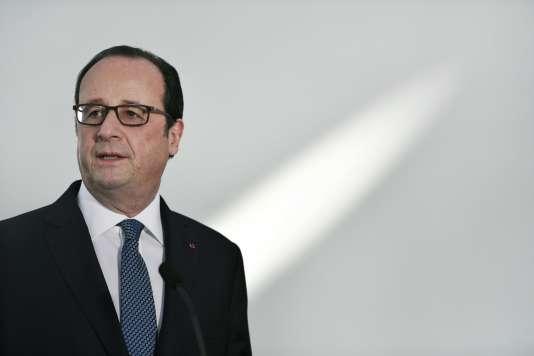 François Hollande, lors de la visite de l'antenne du musée du Louvre à Abou Dhabi, aux Emirats arabes unis, le 3 décembre 2016.