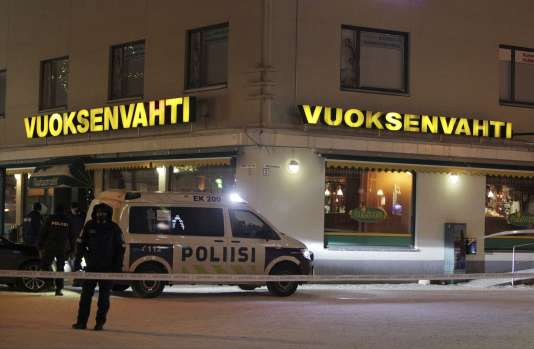 La police devant le restaurant où la maire et les deux journalistes ont été abattues, à Imatra (Finlande), le 4 décembre 2016.