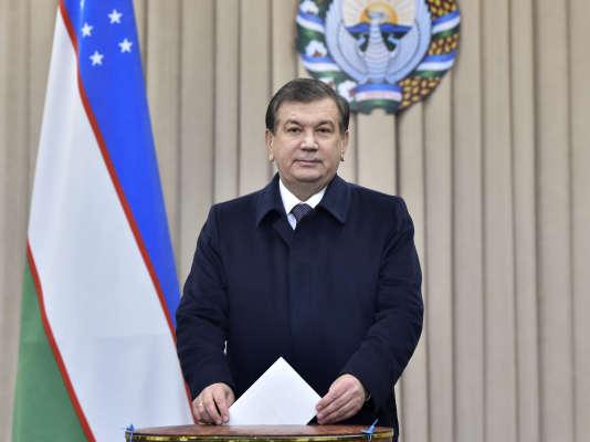 Le président par intérim,Chavkat Mirziyoyev, mettant son bulletin dans l'urne, le 4 décembre 2016, dans un bureau de vote de Tashkent,la capitale.