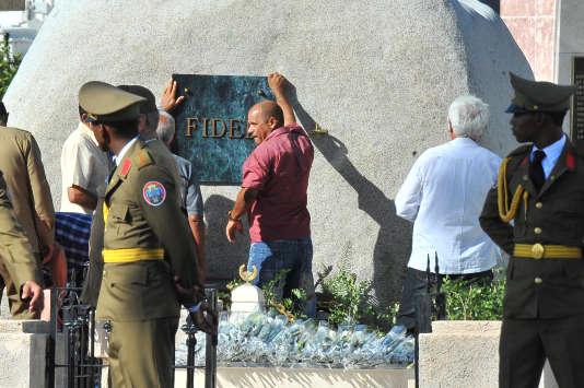 La pose de la plaque sur la tombe de Fidel Castro, au cimetière deSainte-Iphigénie, à Santiago (Cuba), le 4 décembre 2016.