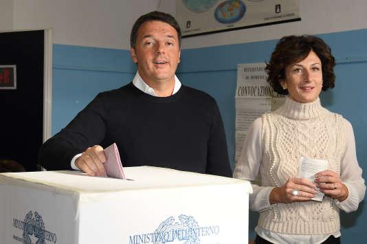 Le premier ministre italien, Matteo Renzi, accompagné par sa femme, Agnese Landini, a voté dans un bureau de Florence, le 4 décembre 2016.
