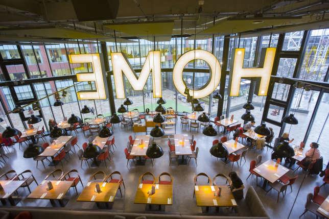 Cet immense centre artistique héberge des théâtres, une galerie d'art, des cinémas, des restaurants et des cafés.