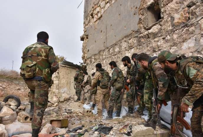 Des troupes pro-gouvernementales, le 5 décembre à Alep.
