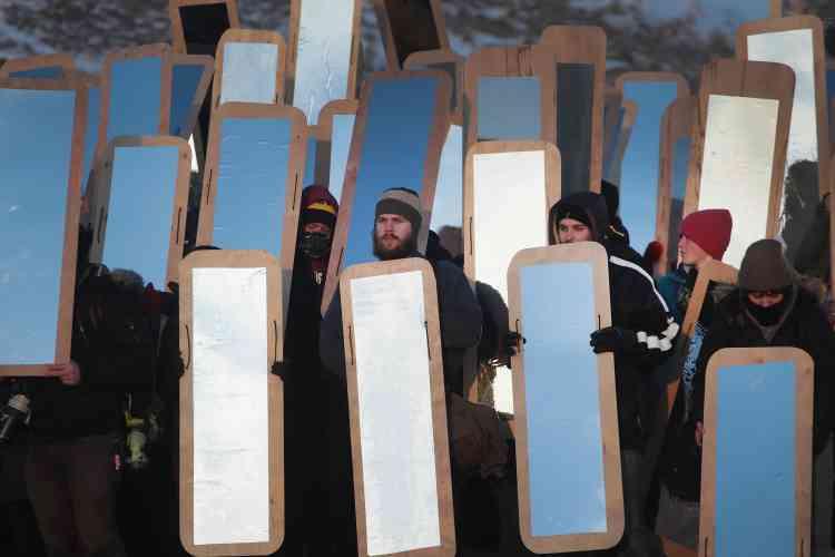 Performance de l'artiste Cannupa Hunska Luger, en soutien aux manifestants, le3décembre.