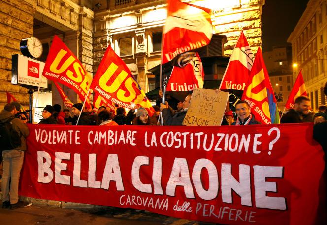 Des partisans du non au référendum devant le Palazzo Chigi, dans la nuit du 4 au 5 décembre, à Rome. « Vouliez-vous changer la Constitution ? », peut-on lire sur la banderole.