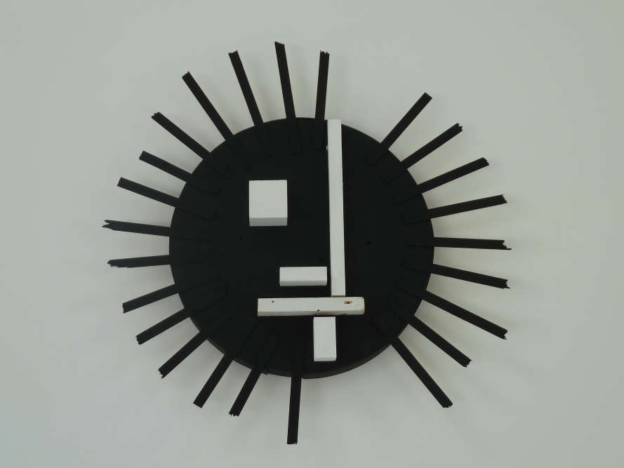 « Karina Bisch réinterprète, dans son oeuvre, l'iconographie qui la nourrit. Il s'agit ici d'un clin d'oeil au fameux logo du Bauhaus, le visage réalisé par Oskar Schlemmer».
