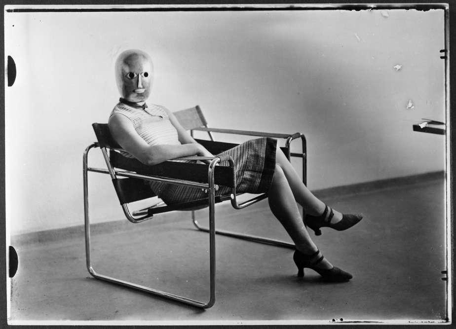 « Cette image résume parfaitement l'esprit du Bauhaus : une femme vêtue d'une robe faite dans l'atelier de textile, le visage caché par un masque créé dans l'atelier de théâtre, et assise dans un fauteuil de Marcel Breuer– aujourd'hui icône du design mais à l'époque mobilier du quotidien à l'école».